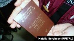 Refugiați din Republica Moldova primesc documente de călătorie