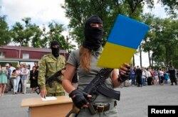 """Девушка-боец украинского добровольческого батальона """"Донбасс"""" приносит присягу на верность Украине"""