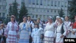 Родина Ніни Рабчинської з села Крупове в автентичних костюмах