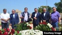Бывший глава МВД Узбекистана Закир Алматов (третий справа) на могиле первого президента Ислама Каримова в Самарканде.