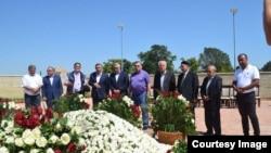 Могила Ислама Каримова утопает в цветах.