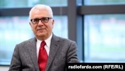 فریدون خاوند، تحلیلگر اقتصادی رادیو فردا و استاد دانشگاه رنه دکارت پاریس