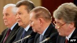 Круглий стіл у Києві 13 грудня 2013 року за участі чинного президента України Віктора Януковича (другий ліворуч) та трьох екс-президентів Леоніда Кравчука (перший ліворуч), Леоніда Кучми (другий праворуч) і Віктора Ющенка (перший праворуч)