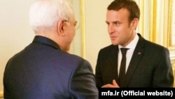 Mohammad Javad Zarif (solda) və Emmanuel Macron