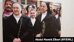 صورة في معرض فوتوغراف لمواطنين من أقليات يحملون أغصان الزيتون