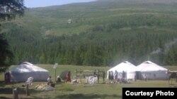 Казахи, проживающие в Монголии, на летней стоянке в предгорьях. 13 июля 2012 года. Фото из социальной сети Facebook.