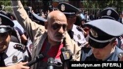 Гражданский активист Вардгес Гаспари у здания суда, Ереван, 15 мая 2019 г.