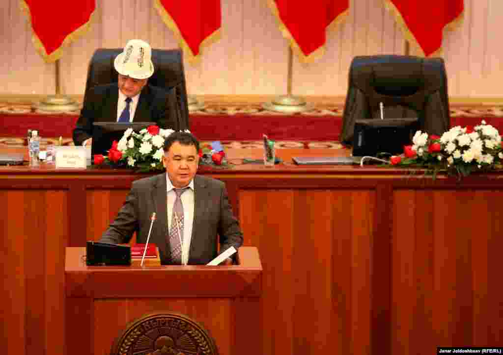 Удостоверения и значки вручил председатель ЦИК Туйгунаалы Абдраимов.