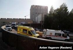 Mentőautók állnak sorban egy szentpétervári kórház előtt júniusban.