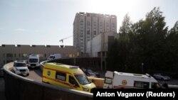 Санкт - Петербург, очередь машин скорой помощи у здания Научно-исследовательского института неотложной медицины им. И. И. Джанелидзе на фоне вспышки коронавируса
