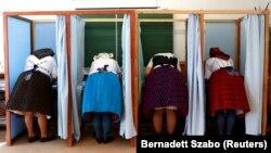 Femei în costume naționale la alegerile din Ungaria