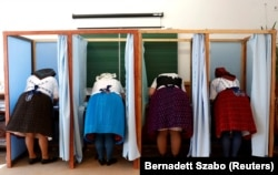 Женщины в национальных венгерских костюмах на избирательном участке