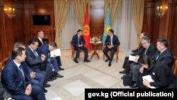 Қазақстан премьер-министрі Бақытжан Сағынтаев (төрде, оң жақта) пен Қырғызстан премьері Сапар Исаков (төрде, сол жақта) екі ел делегациясымен бірге отыр. Армения, Ереван, 24 қазан 2017 жыл.