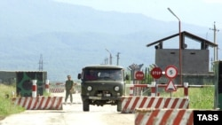 Место проведения операции блокировано со всех сторон, но боевиков еще не поймали