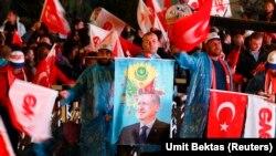 Susținătorii AKA își manifestă bucuria la anunțul rezultatelor parțiale