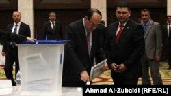 نوری مالکی، نخست وزیر عراق، در زمان رایگیری برای اتخابات شوراهای محلی