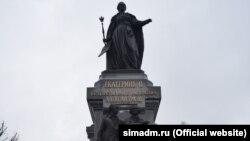 Памятник российской императрице Екатерине II в Екатерининском саду Симферополя
