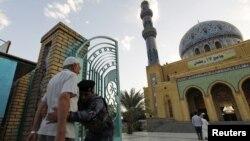 Айт намаз учурунда коопсуздукка көз салган аскер адамдарды текшерүүдө. Ирак, Багдад шаары