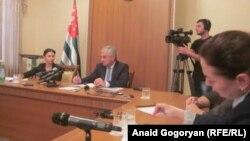 Немало вопросов было задано о мерах, предпринимаемых по сохранению и развитию государственного абхазского языка, о выстраивании диалога власти с политической оппозицией, о борьбе с коррупцией, работе энергетиков