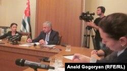 Перед тем как ответить на вопросы журналистов, президент заявил, что участники вчерашнего съезда «Амцахара» позволили себе высказывания, которые не вписываются ни в какие нормы абхазской морали и политкультуры