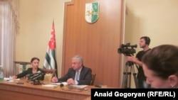 Отвечая затем на вопросы журналистов, президент подробно остановился на вопросах «дофинансирования» в рамках оказанию РФ помощи Республике Абхазия