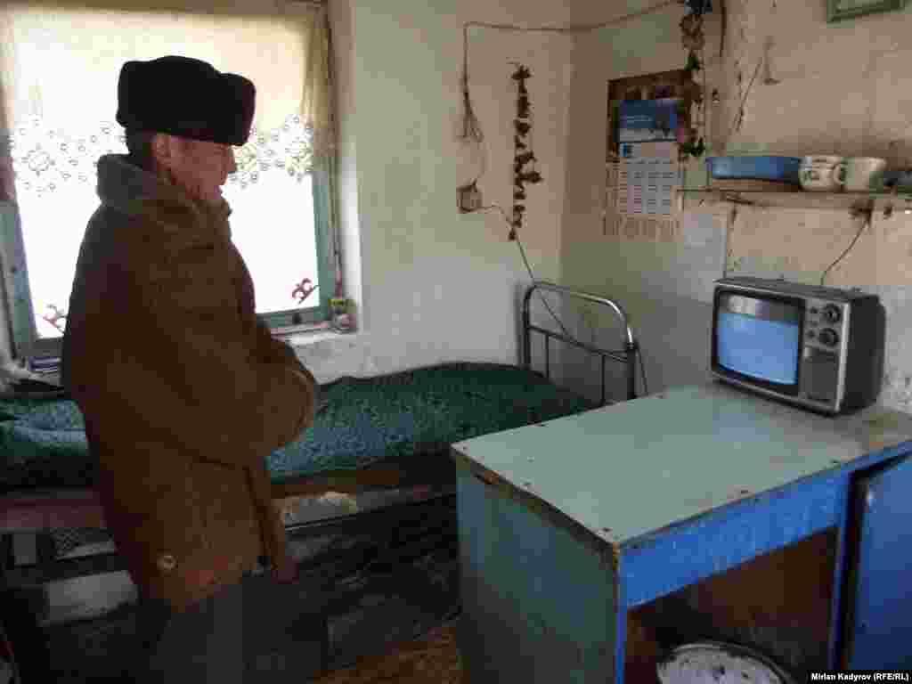 Сторож троллейбусного парка Курманбек Аалиев работает здесь более пяти лет. У него нет собственного дома, поэтому он работает и живет в троллейбусном парке.