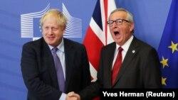 Прэм'ер Вялікабрытаніі Борыс Джонсан і старшыня Эўракамісіі Жан-Клёд Юнкер пасьля заключэньня новага пагадненьня аб Brexit, Брусэль, 17 кастрычніка 2019