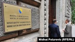 Bh. diplomatska služba nije organizovana kao jedan profesionalni aparat, ističe Hasić