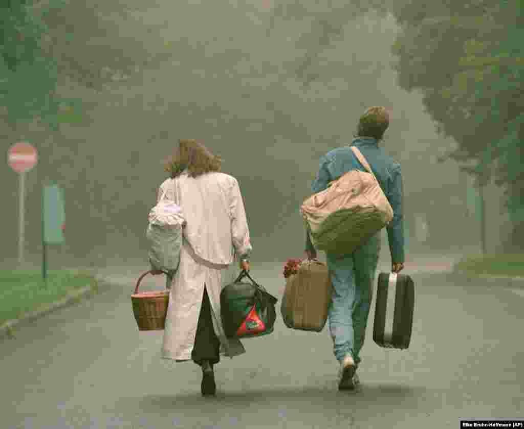 Более тысячи немцев из Восточной Германии (ГДР), которые ожидали переезда в Западную Европу (ФРГ), разместили в лагеря беженцев. На фото – Семья из ГДР возле лагеря вблизи Будапешта. 4 сентября 1989 года