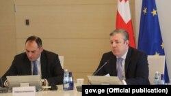 Георгий Квирикашвили (справа) и Дмитрий Кумсишвили на заседании кабинета министров (архивное фото)