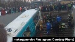 Спасатели на месте наезда автобуса на прохожих в Москве, 25 декабря 2017 года.