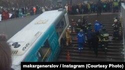Автобус, съехавший в подземный переход на Славянском бульваре в Москве. 25 декабря 2017 года.