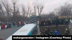 Спасатели на месте наезда автобуса на прохожих в Москве, 25 декабря 2017 года