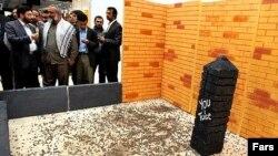 سنگپرانی نمادین به یوتیوب، در نمایشگاه رسانههای دیجیتال در آذر ۹۰.