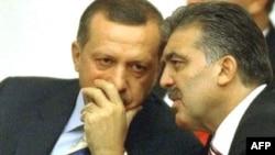Түркия премьері Режеп Ердоған (сол жақта) мен ел президенті Абдолла Гүл - партиялас серіктер.