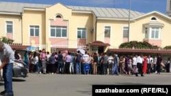 Люди в очереди у российского посольства в Ашхабаде за получением выездных документов. Май 2019 года