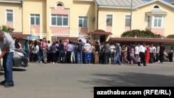 Сотни туркменистанцев собираются у посольства России в Ашхабаде в желании навсегда покинуть родину