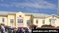 Очередь у российского посольства в Ашхабаде