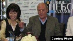 """Зира Наурзбаева и Мурат Ауэзов (справа) на презентации книги """"Вечное небо казахов."""