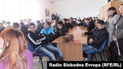 """Архивска фотографија: Матурантите од Средното училиште """"Наце Буѓони"""" во Куманово."""