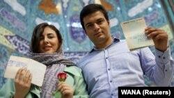 ირანელი წყვილი ხმის მიცემის შემდეგ თეირანის ერთ-ერთ საარჩევნო უბანში, 2021 წლის 18 ივნისი
