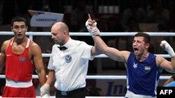 Казахстанский боксер Абильхан Аманкул (слева) после проигрыша спортсмену из Узбекистана Исраилу Мадримову в финале Азиатских игр в Джакарте. 1 сентября 2018 года.