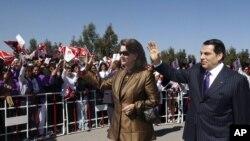 Тунистеги 10 жыл мурдагы окуялардан соң бийликтен кулатылган президент Бен Али жубайы менен.