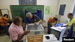 Дільницю в центрі Афін обладнують до виборів, 15 червния 2012 року