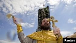 """""""Союз TMA-04M"""" ғарыш кемесінің ұшу шарасына қатысқан дін қызметкері. Байқоңыр, 14 мамыр 2012 жыл. (Көрнекі сурет)"""