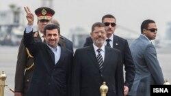 Мисара -- Мисаран президент Мурси Мохьамед а (Аьт), ГIажарийчоьнан президент Ахьмадинежад Махьмуд а (Аьр) аэропортехь, КъахIир, 05Чил2013