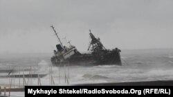 На борту перебувають троє членів екіпажу