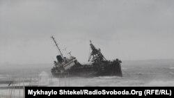 На борту танкера три члена экипажа