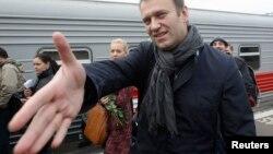 Навальный протягивает руку судье Коробченко