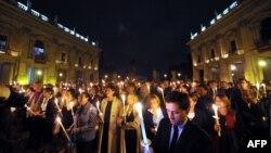 Italieni aprind lumânări la Roma în memoria victimelor catastroferi dela Lampedusa.